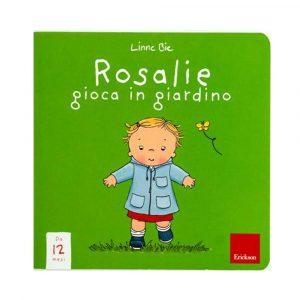 Rosalie gioca in giardino